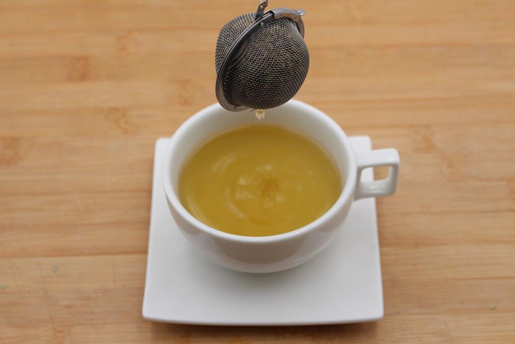Une boule à Thé de Yerba Maté qu'on retire d'une tasse à café